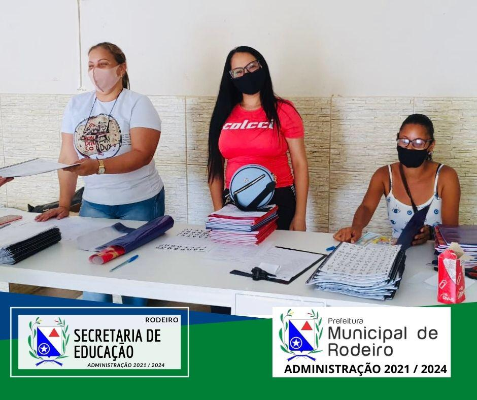 Entrega das Apostilas da rede municipal de educação.